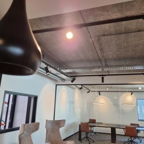 Designverlichting boven hoge tafel